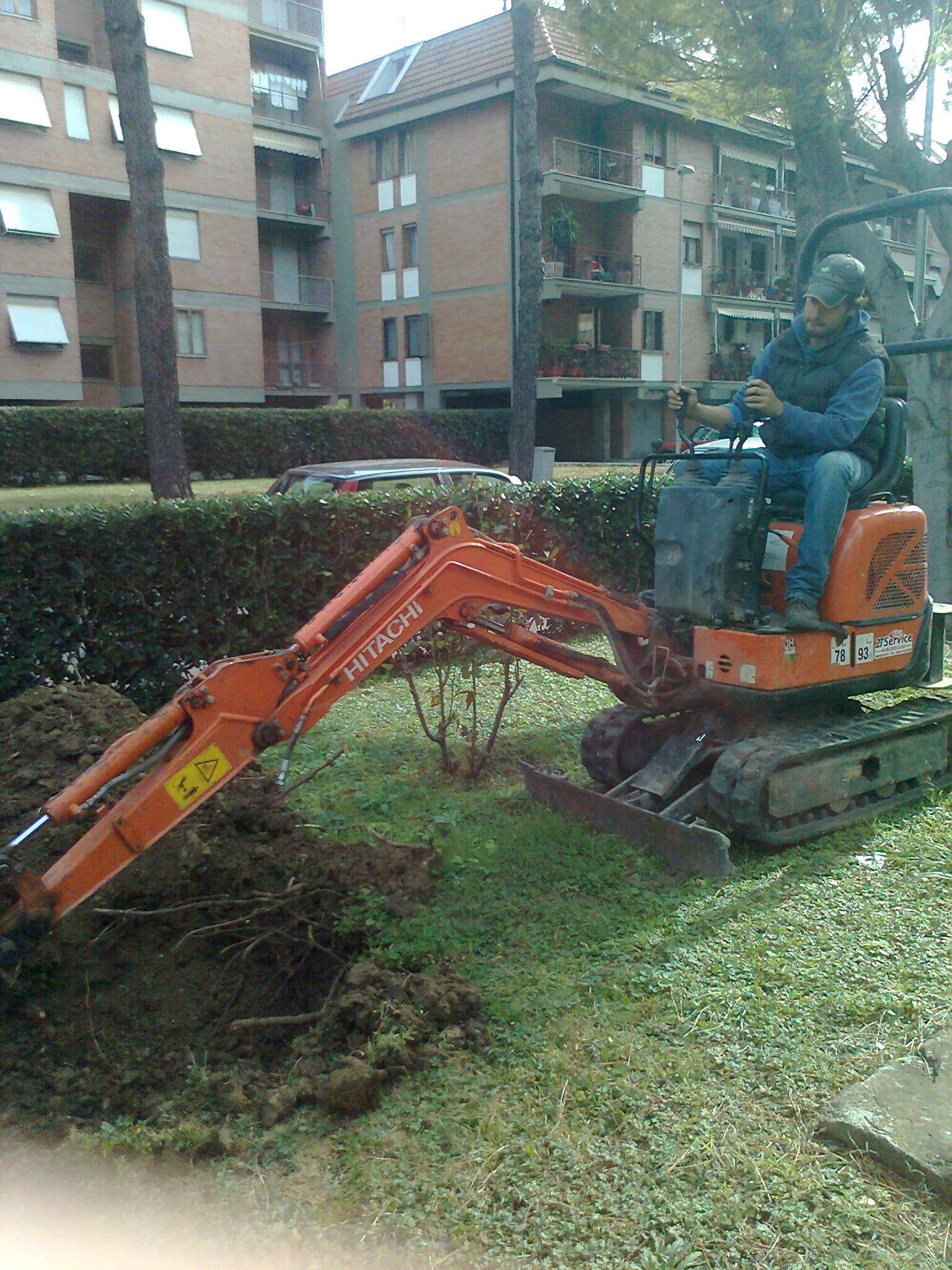 Preparazione della buca per piantumazione albero